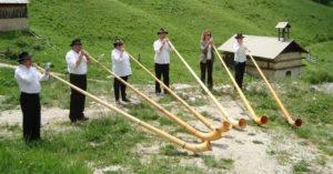 Concert de sonneurs de cors des Alpes @ devant l'église